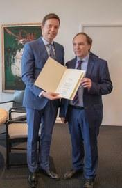 Prof. Dr. Wolrad Rommel erhält seine Dankesurkunde von Tobias Hans